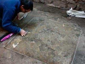 Arqueologo excavando los Baños del Angel en Toledo