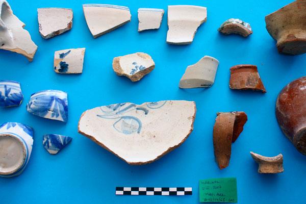 Fotografia de conjunto de material arqueologico durante su estudio